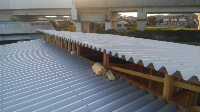 屋根工事、折板工事が完了しました。