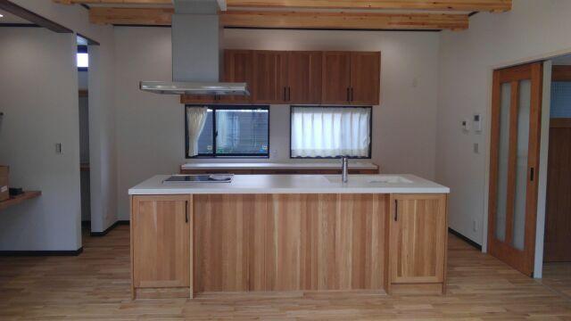 今度は奥様こだわりのシステムキッチン!ウッドワン製の無垢のキッチンです。