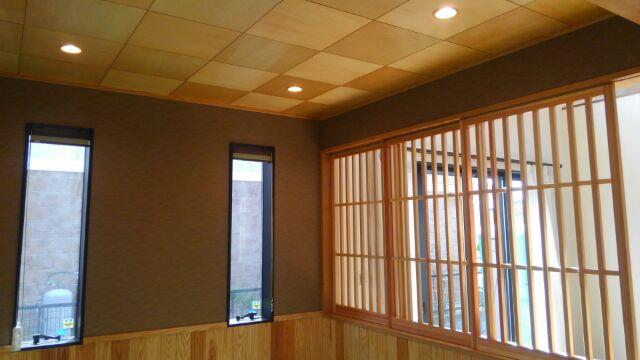 畳コーナーの天井はシナベニアで市松模様。杉の建具がこれまたいい感じ♪旦那様のお気に入りの場所となりました。