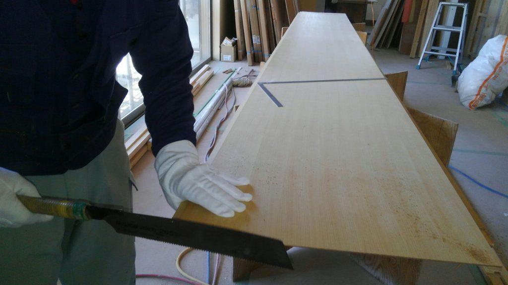 O様邸の玄関ホールは「和」のイメージ。天井材はヒバの柾目板を施工します。