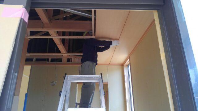 大工さんが玄関ホールの天井仕上げに入りました。
