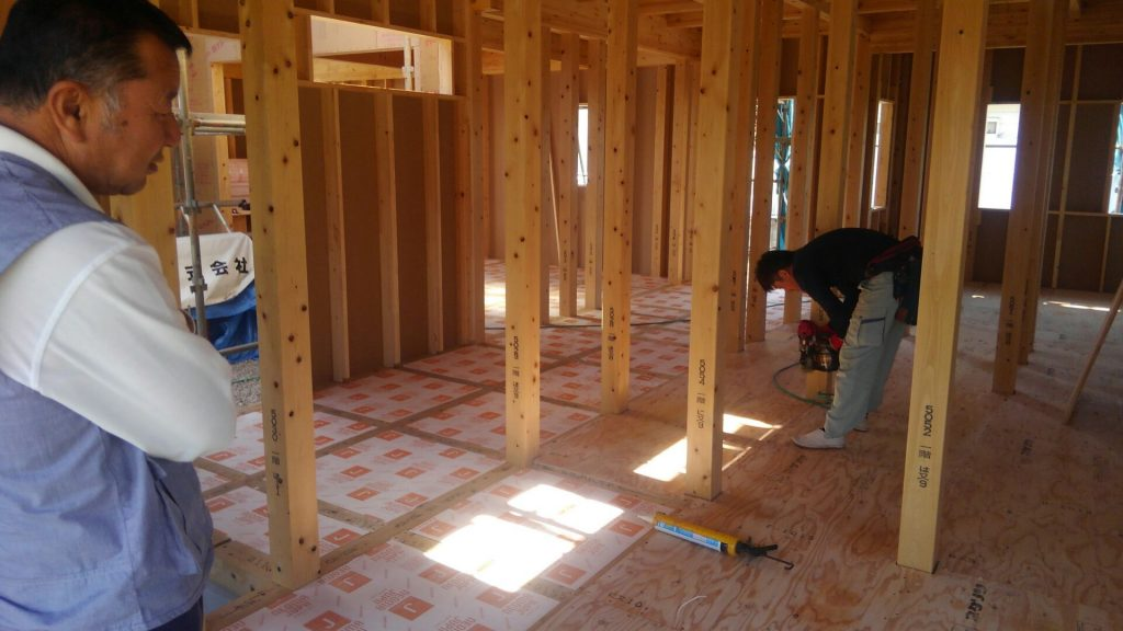 断熱材入れが終わり、床下地材構造用合板貼りにとりかかります。お客様が見学に来られました。