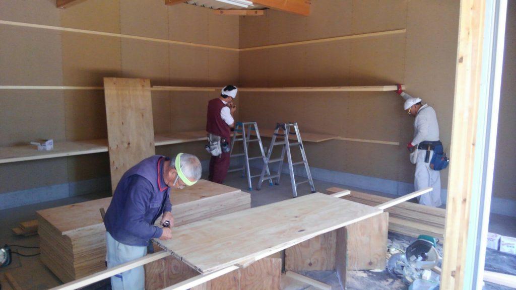 今日から内部の棚の工事を始めました。