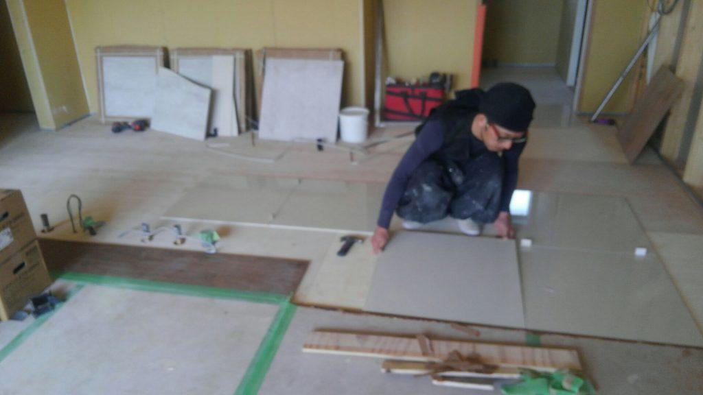 キッチンのタイル工事も始まりました。600角の白色タイル、仕上がりが楽しみです♪