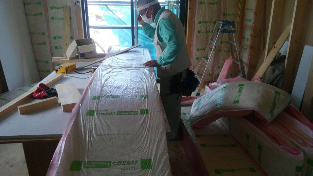 そのころ大工さんは、断熱材入れを始めています。