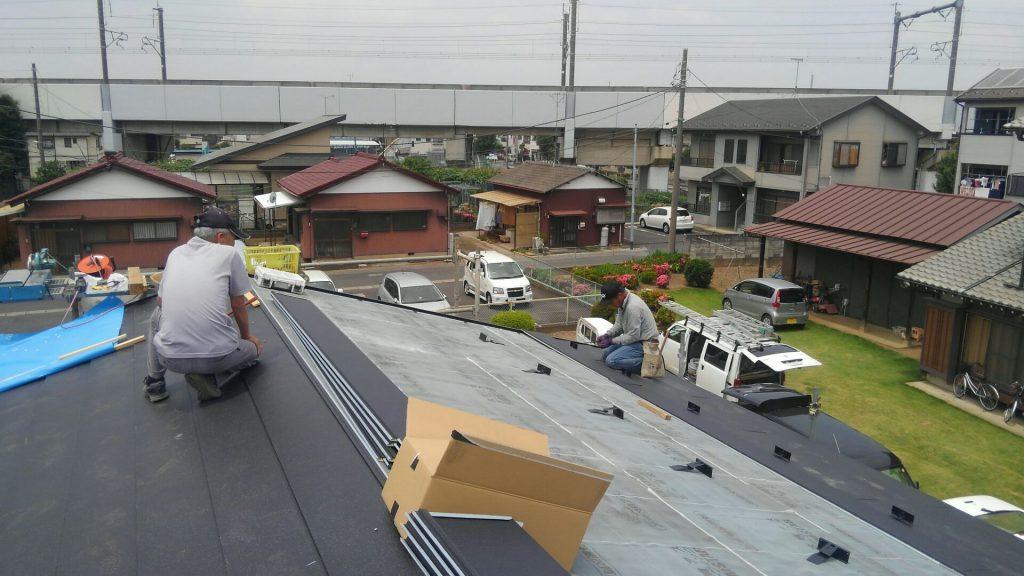 屋根工事も順調に進んでいます。お客様が屋根の上まで見学に来ました。