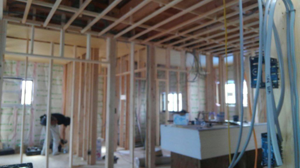建物内では電気屋さんが乗り込み、電気配線のスタートです。