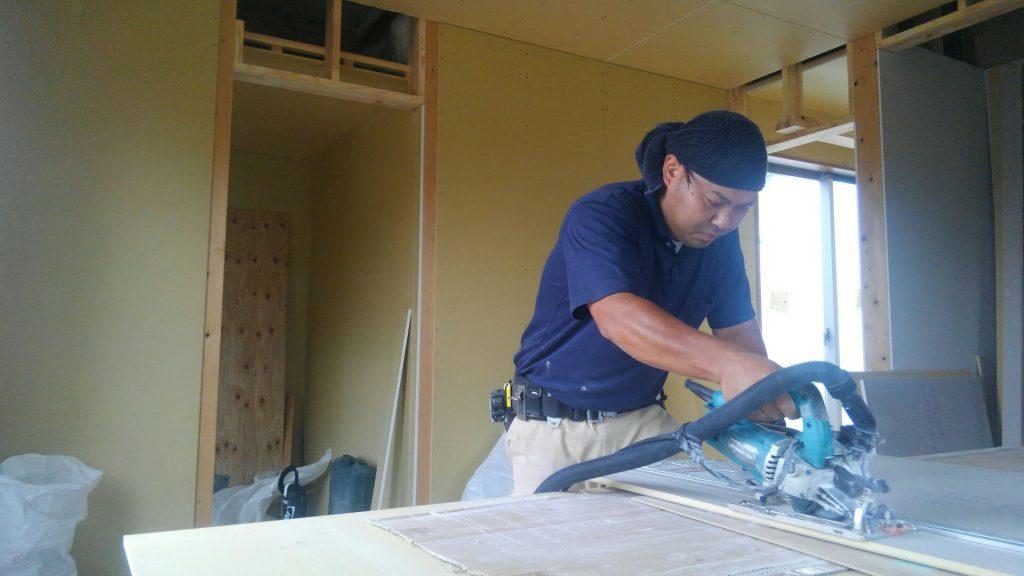 2階では大工さんがクロス下地の石膏ボード貼り。まもなく2階の造作工事が終わりそうです。