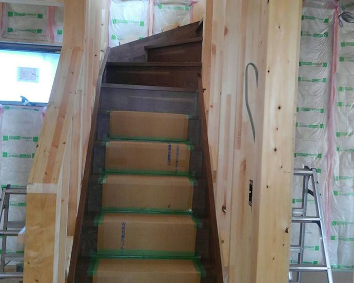 階段の完成です!2日ほどかけてじっくりキッチリ取付けです。