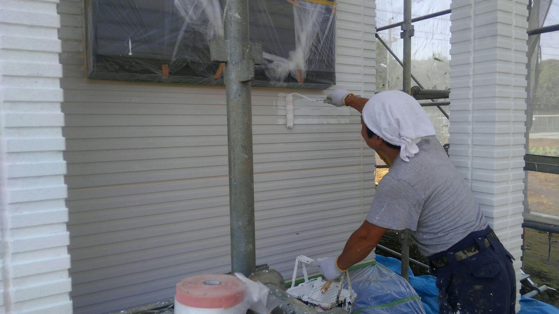 外部外回りでは塗装屋さんが乗り込みです。まずは下地処理からスタートします。