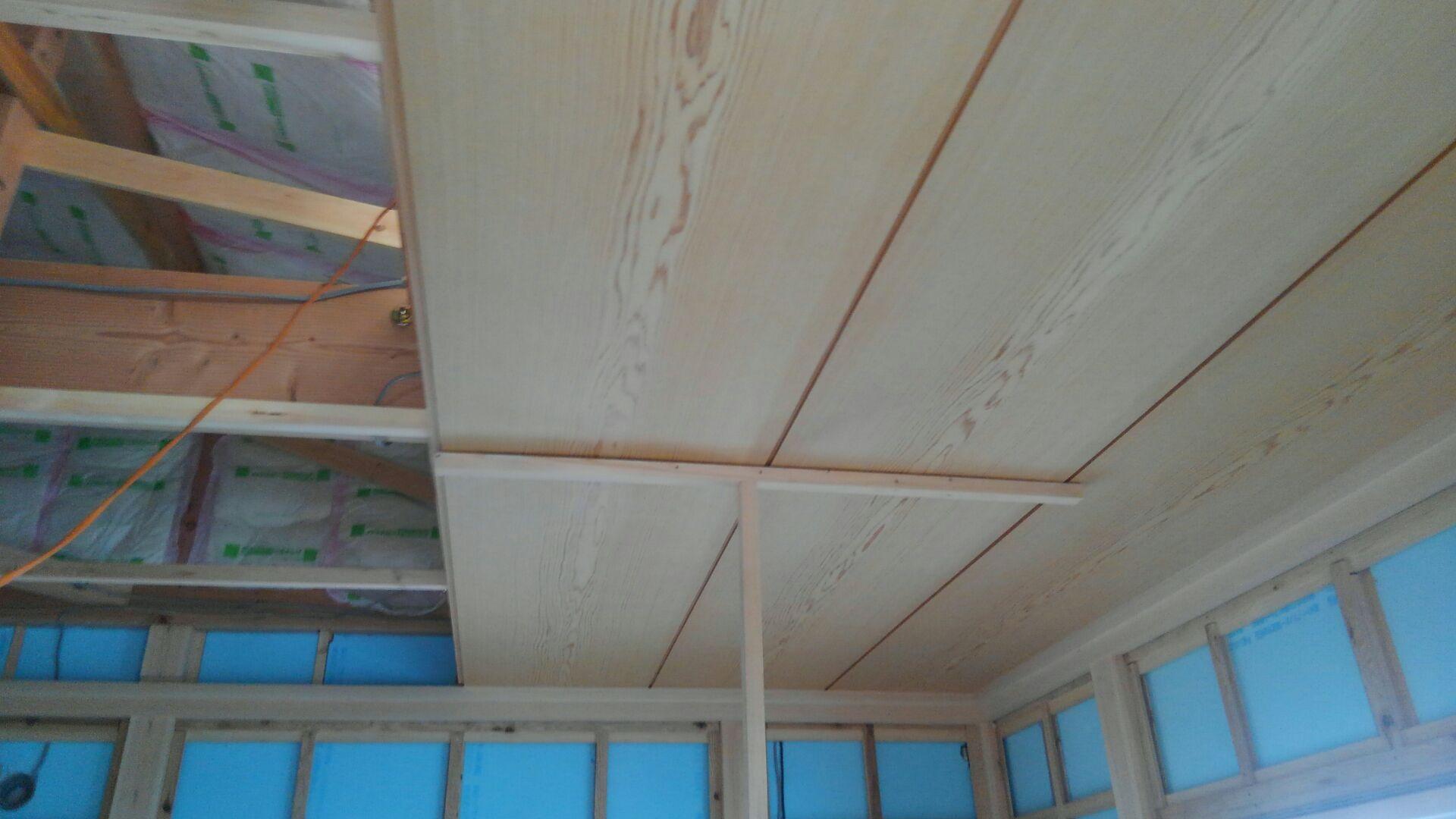 二重の廻縁の取付けが終わり、いよいよ天井の施工が始まりました。2尺の天井板、キレイな板目です。ちなみに 無垢貼り天井板には施工する順番があるんですよ。これを間違えると板目の流れが変わってしまって見た目がおかしくなってしまいます。プロが見るとわかります!