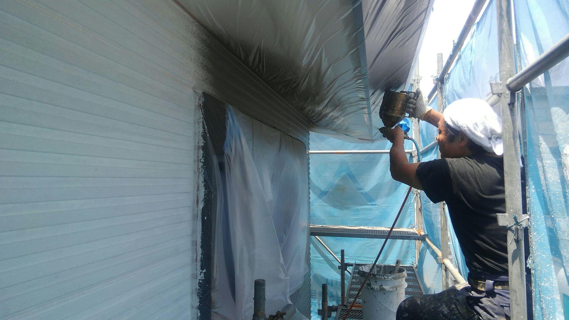 塗装屋さんは下地処理が終わって次の工程。セメント系フィラーの吹付けをはじめました。この工程は、表面の巣穴消し(表面をなだらかに平らにする)と言い、仕上がりをキレイにするための作業です。塗装屋さん、暑さに負けずガンバッテ!
