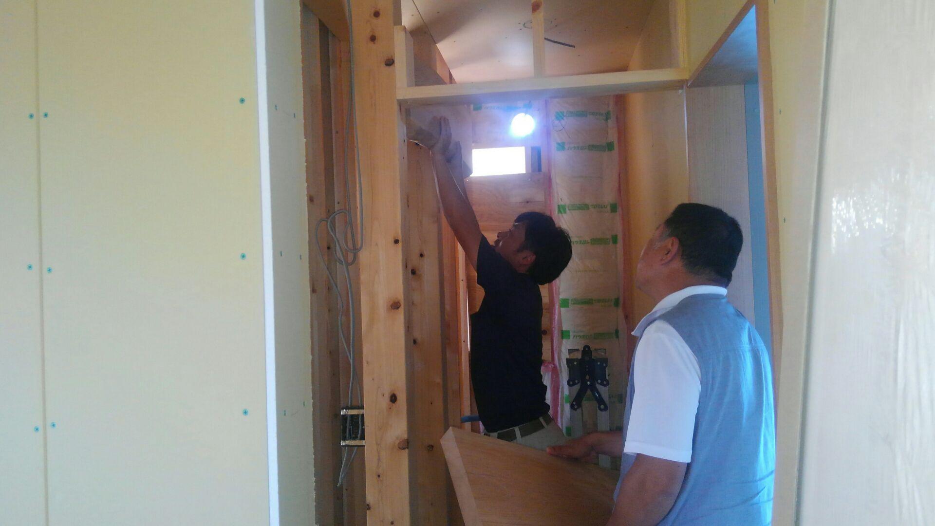 1階のゲスト用トイレお客様のイメージは「和」の雰囲気。欅の木を手洗カウンターや壁に仕込む予定です。お客さまも大満足!実はこの欅の耳付き板、お客様の本家に眠っていた代物。大工さんがキレイに甦らせました。仕上がりが楽しみです