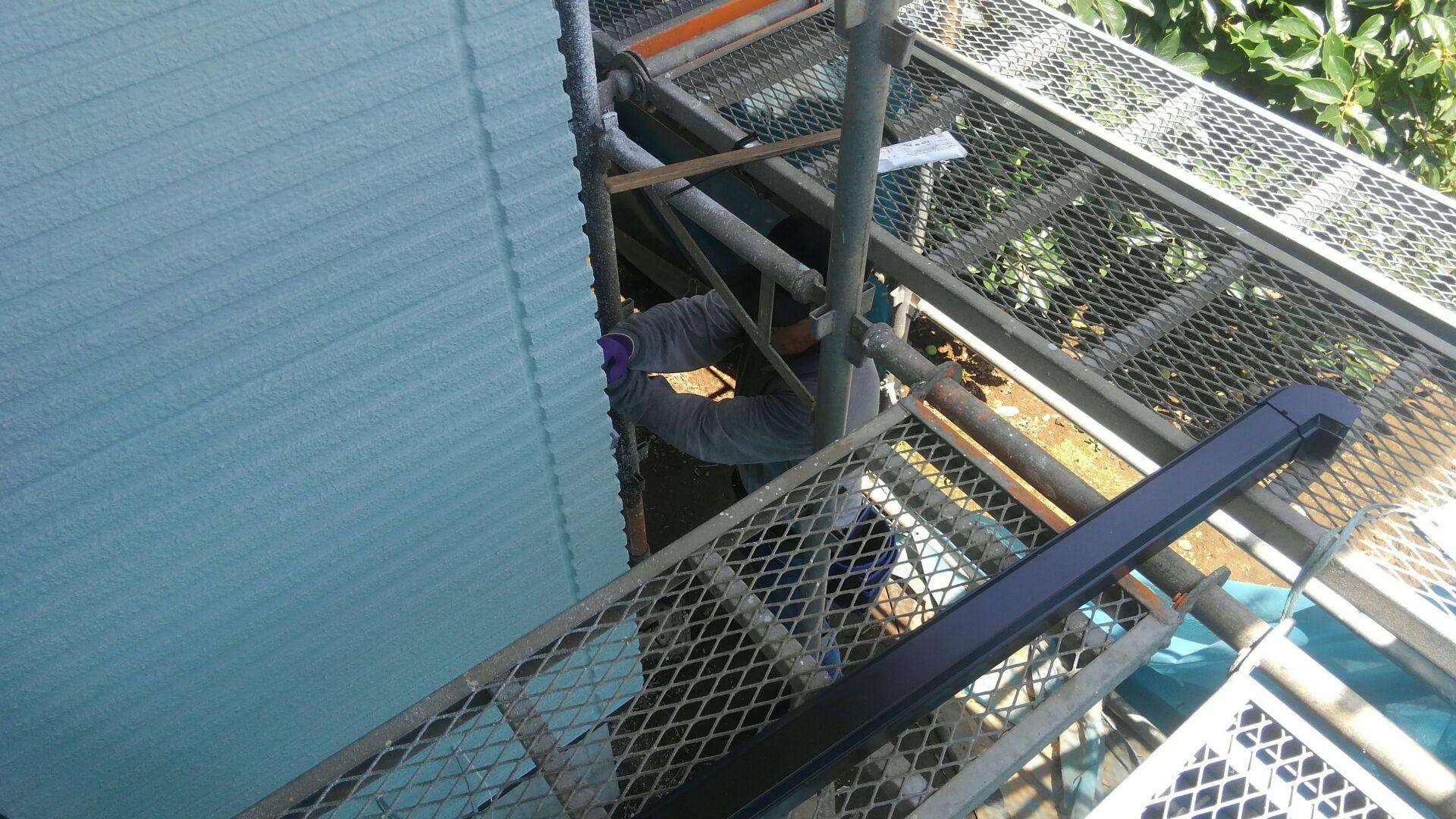 外部では、板金屋さんが縦樋(たてどい)の取付をしています。縦樋とは、軒から地面までの垂直方向に取り付けた樋です。この工事が終わるといよいよ外部足場の解体です。建物の全貌があきらかに。楽しみです!