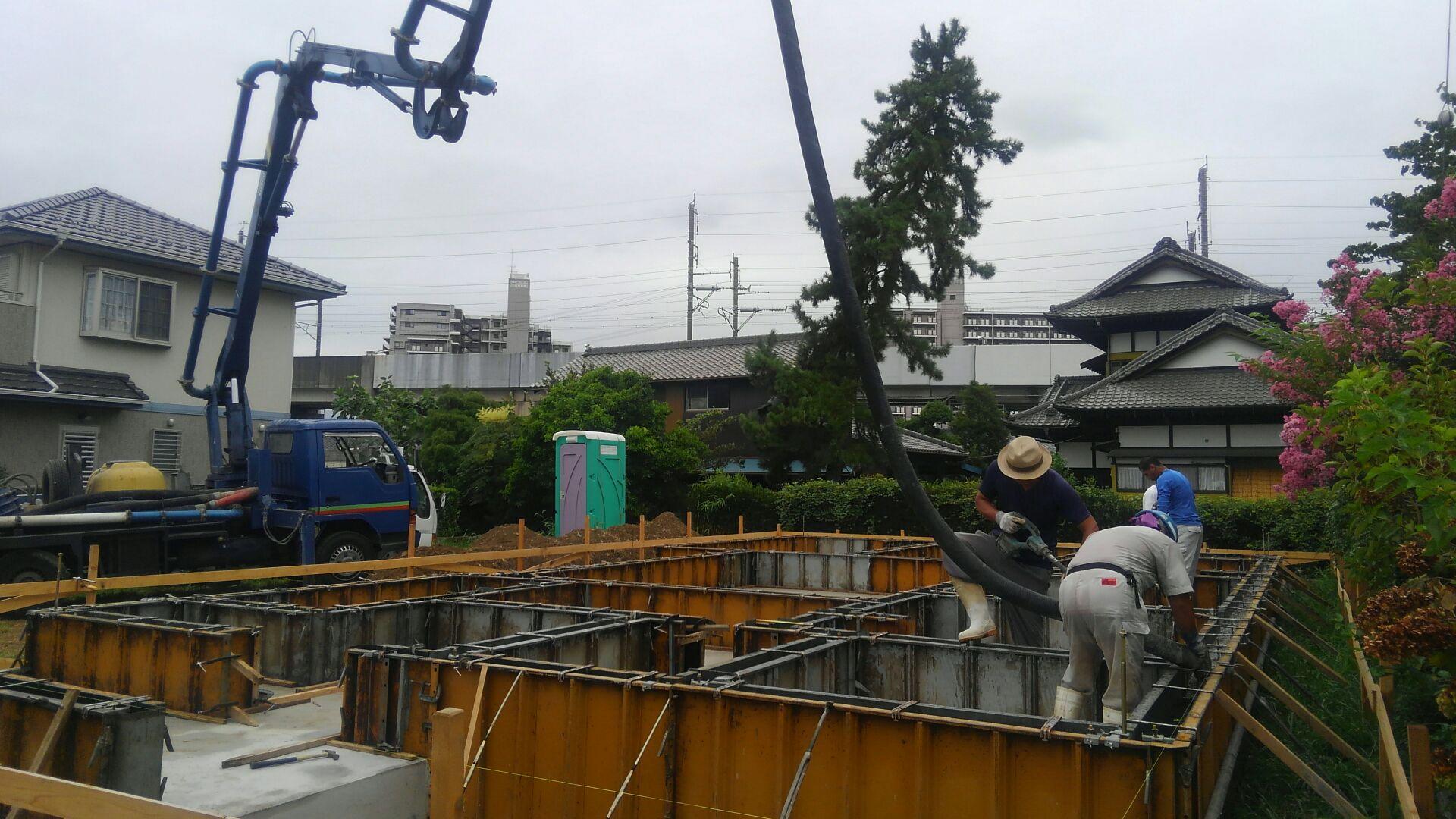 基礎工事、立ち上がりのコンクリート打ち込みが始まりました。