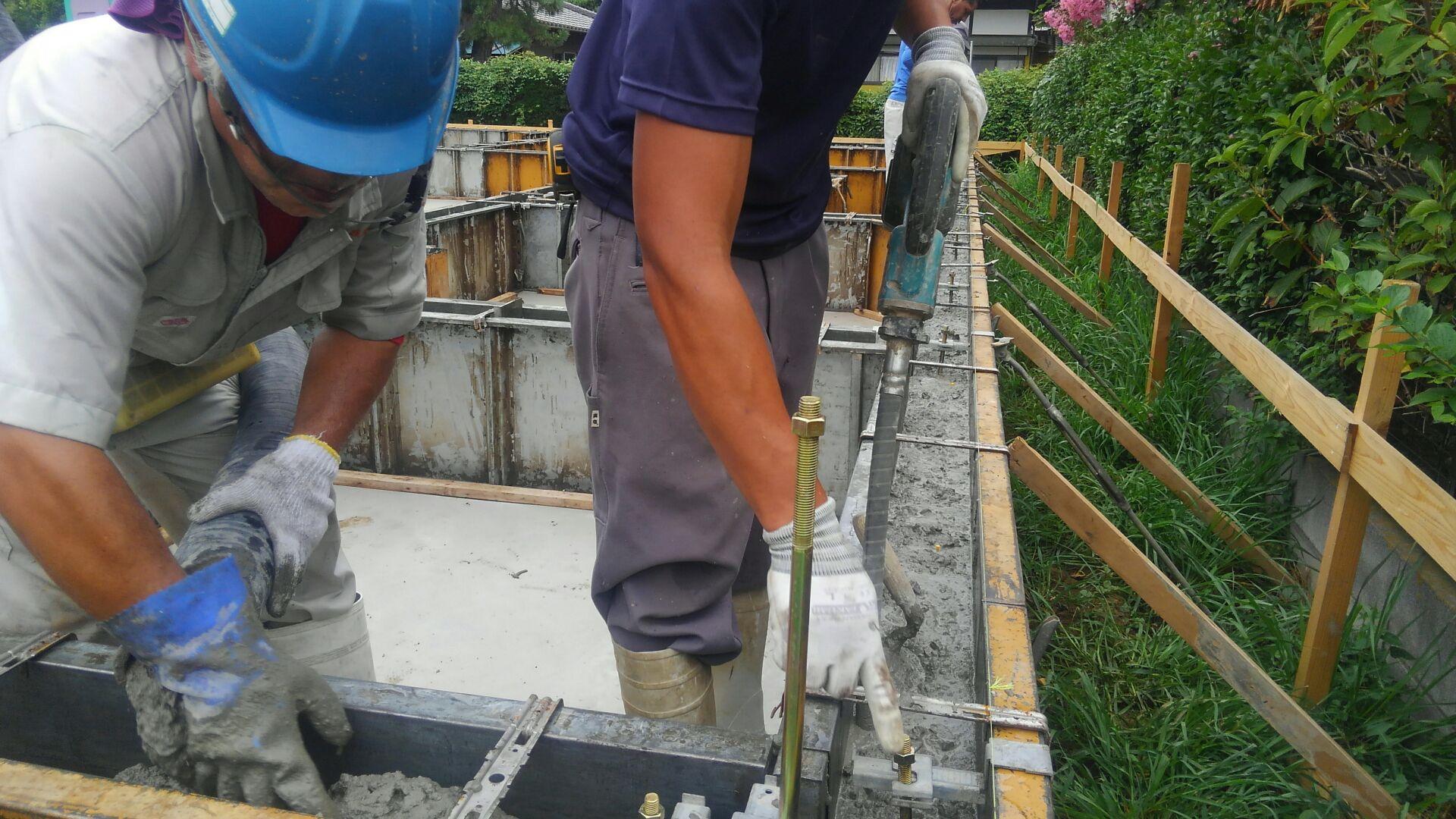 バイブレーターのかけすぎに注意をしながら打ち込みます。かけすぎてしまうと、コンクリートに含まれている砕石が沈みすぎて、コンクリートの 強度が下がってしまいます。