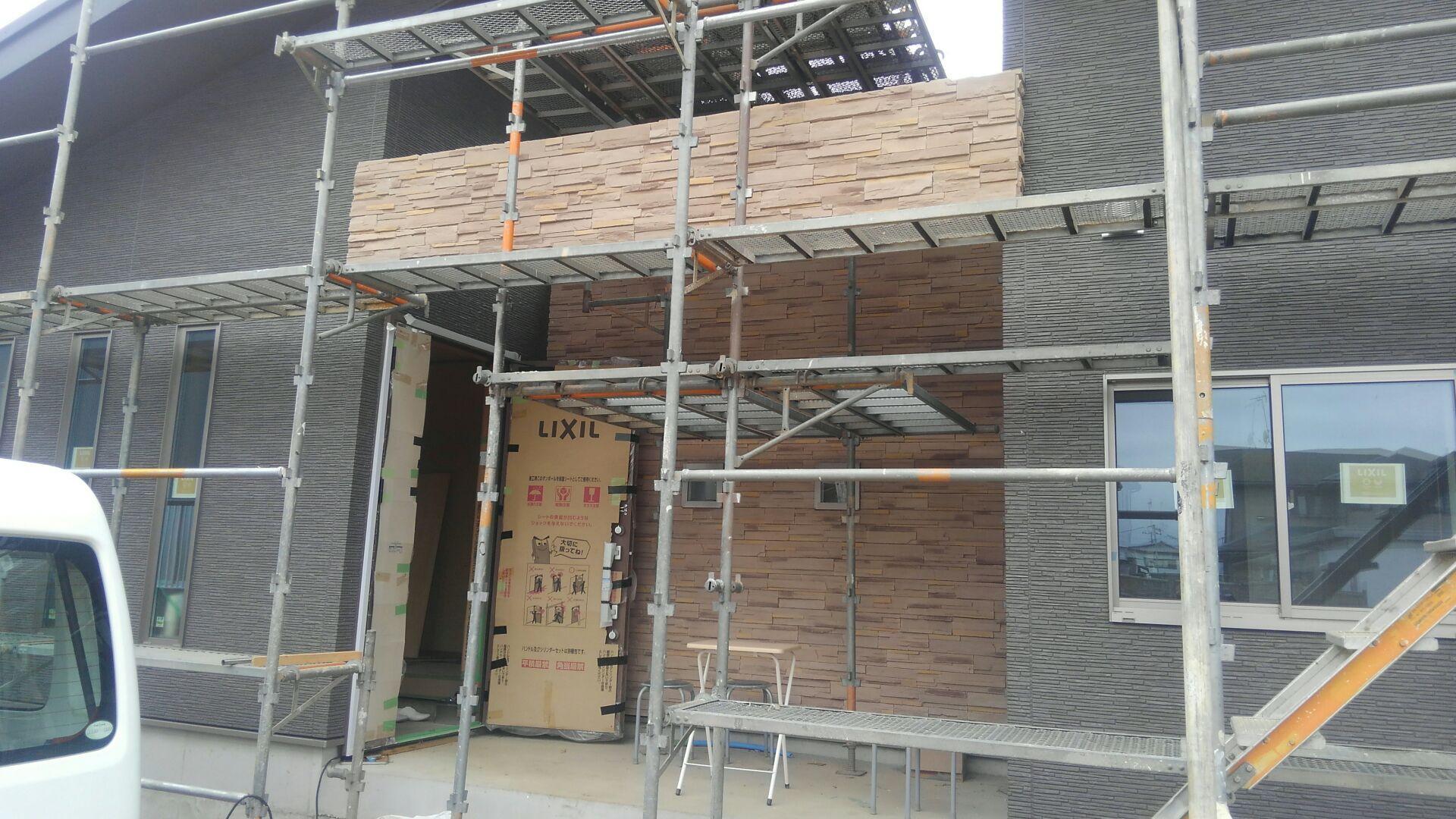 玄関ポーチの壁と、梁の石材調サイディングが完成しました。なかなかの出来栄え♪ステキな空間が仕上がりました。