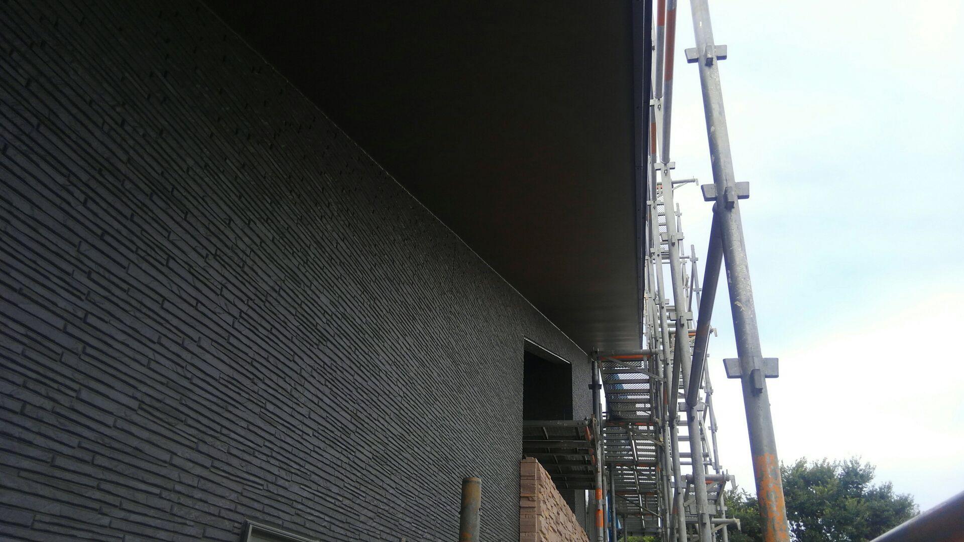 軒裏、打ち上げ部の塗装完了です。濃いめの茶色でマットな感じの仕上がりです。
