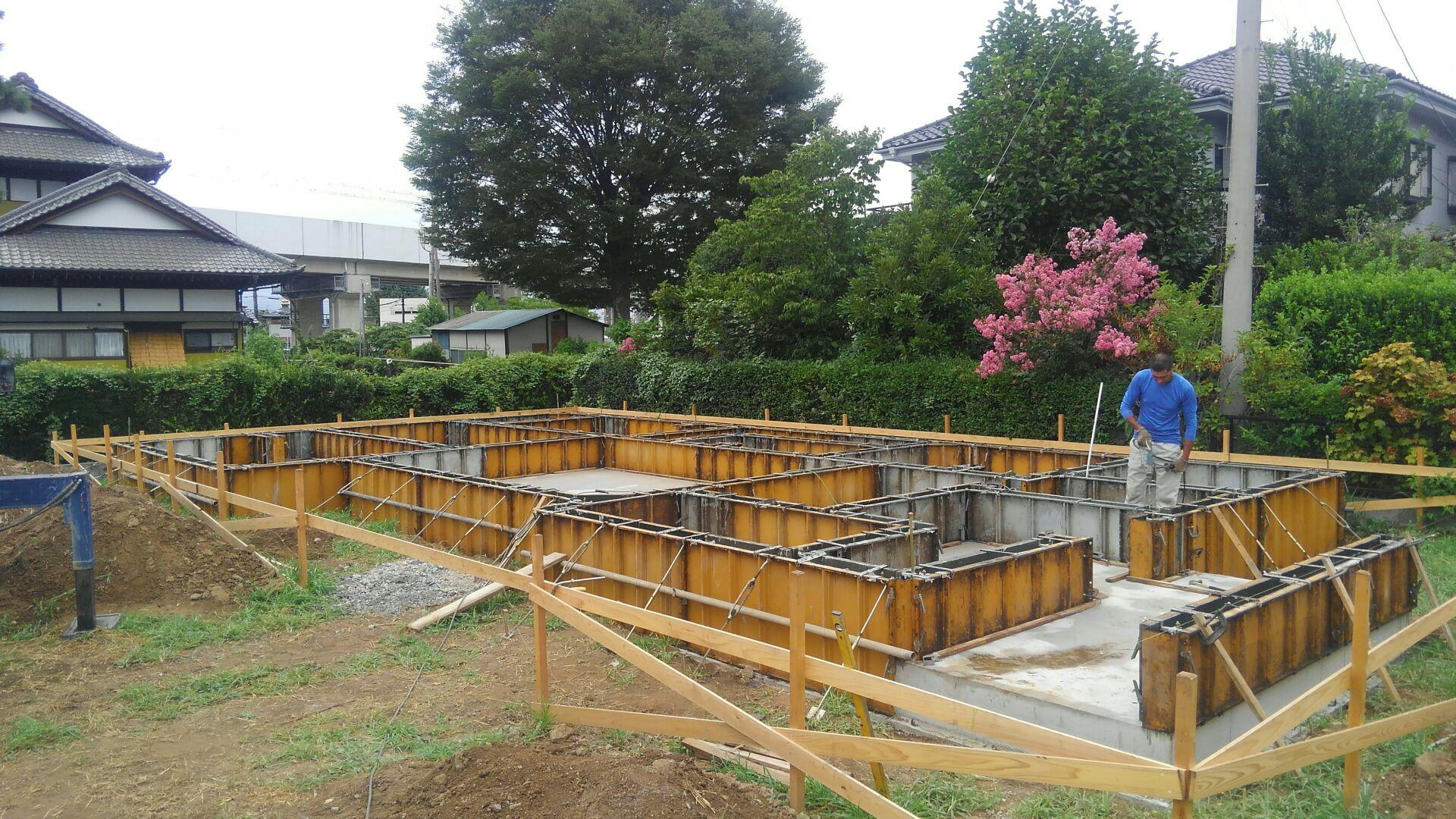立ち上がりのコンクリートが終わりました。後は、基礎の上面を均一にするためにレベラーを流し込んで、立ち上がりの完成です。