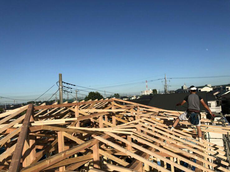上棟から一夜明け、屋根の下地、野地(屋根下地に張る板)工事の始まりです。