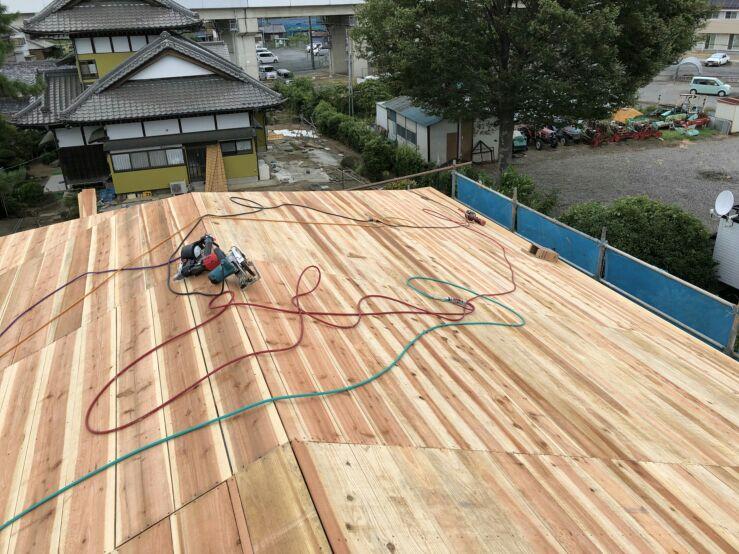 T様邸の屋根は平瓦。杉板を木裏に打ち付けて下地を作っていきます。