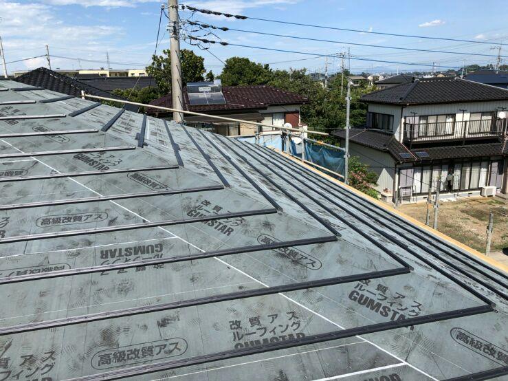 ゴムアスの防水層、ルーフィング(防水材)を敷き、瓦桟(かわらさん)を取付けて屋根下地の完成です。瓦桟とは、野地板にレールの様に横向きに取り付ける木材のことを言います。