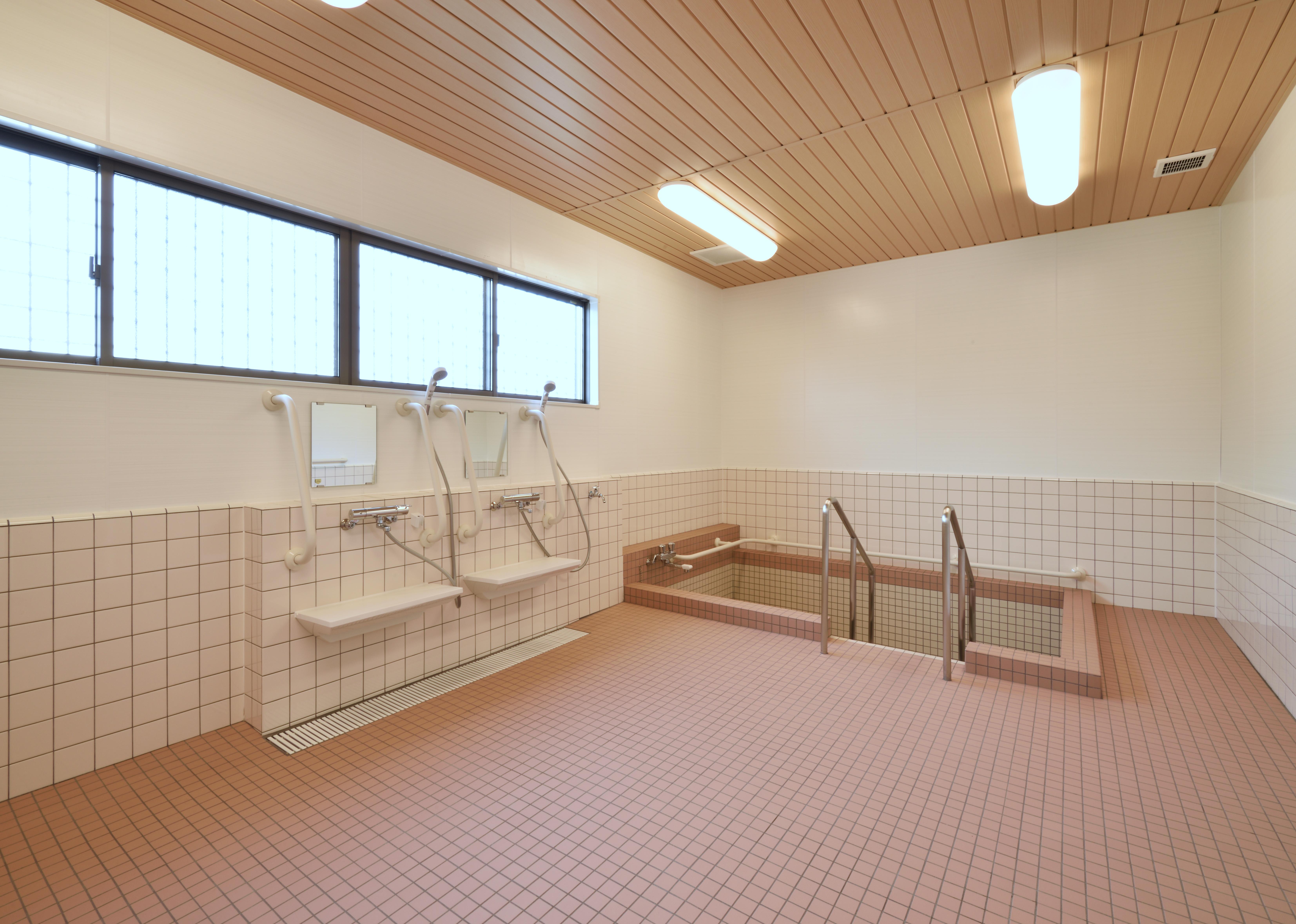 浴槽には手すりを設置。