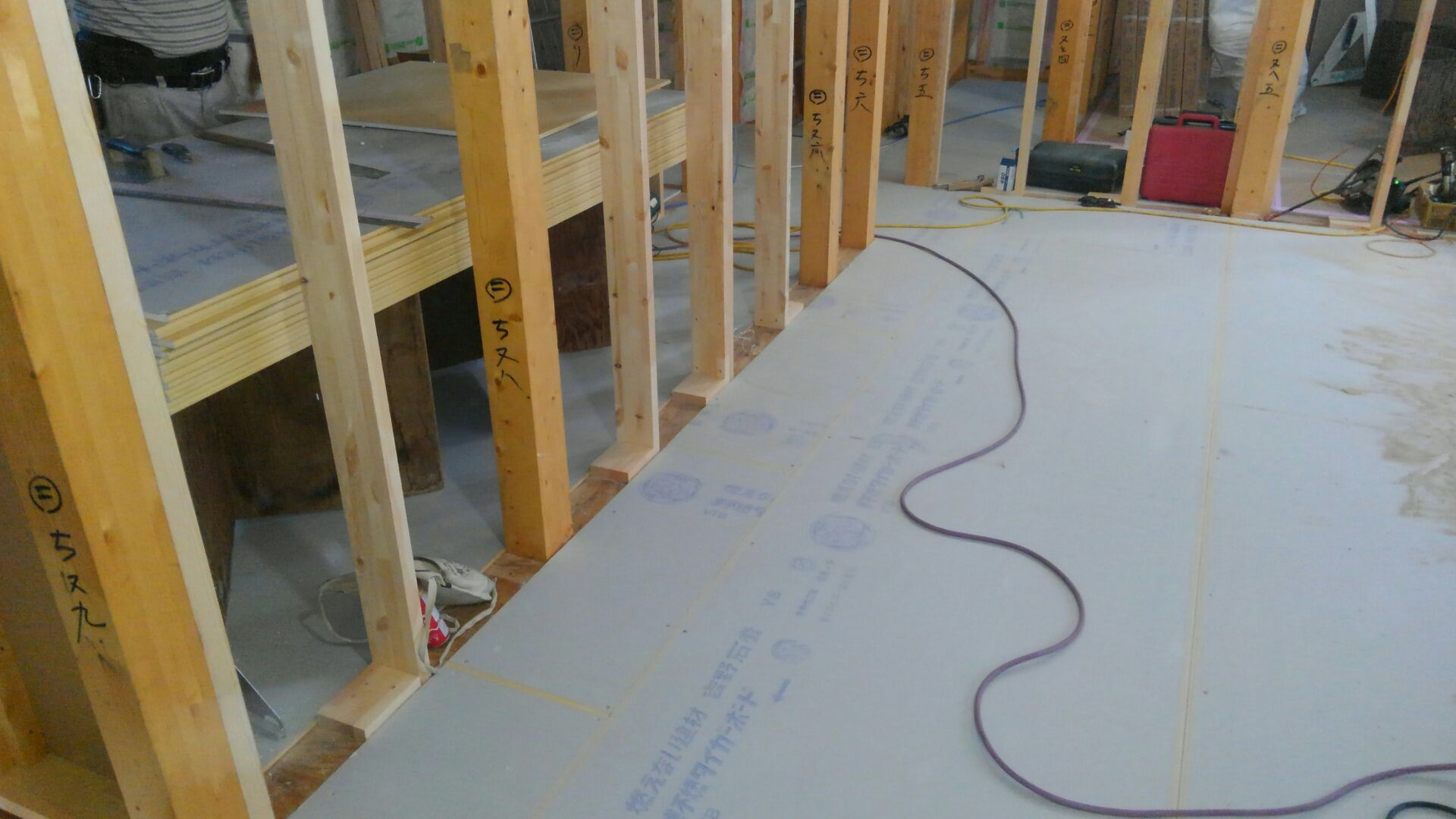 2階の床下地の状況です。フローリングを貼る前に、物音や足音を軽減するために石膏ボードを敷き詰めます。敷くのと 敷かないのでは 全然違うんですよ。