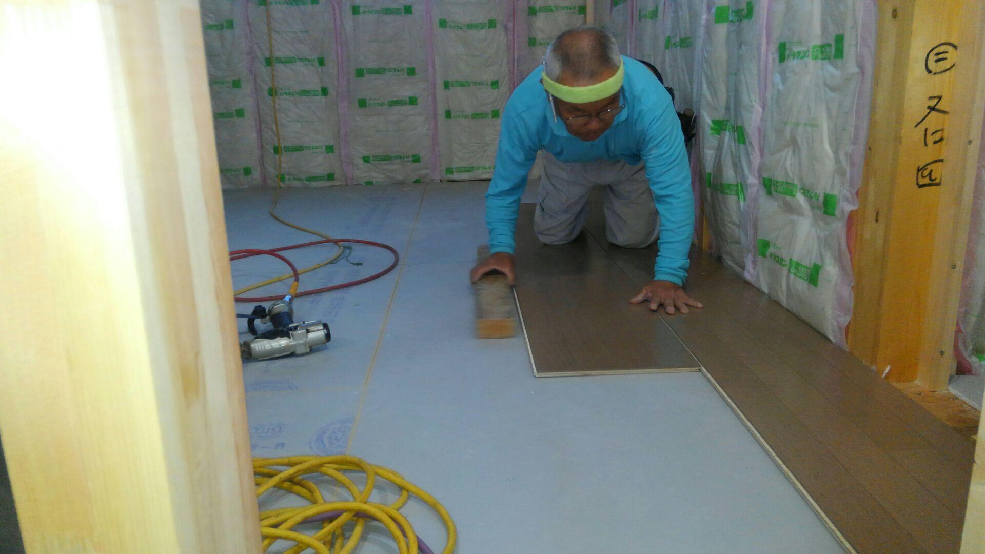 さっそく大工さんが床貼りです。順調に工事が進んでいます。