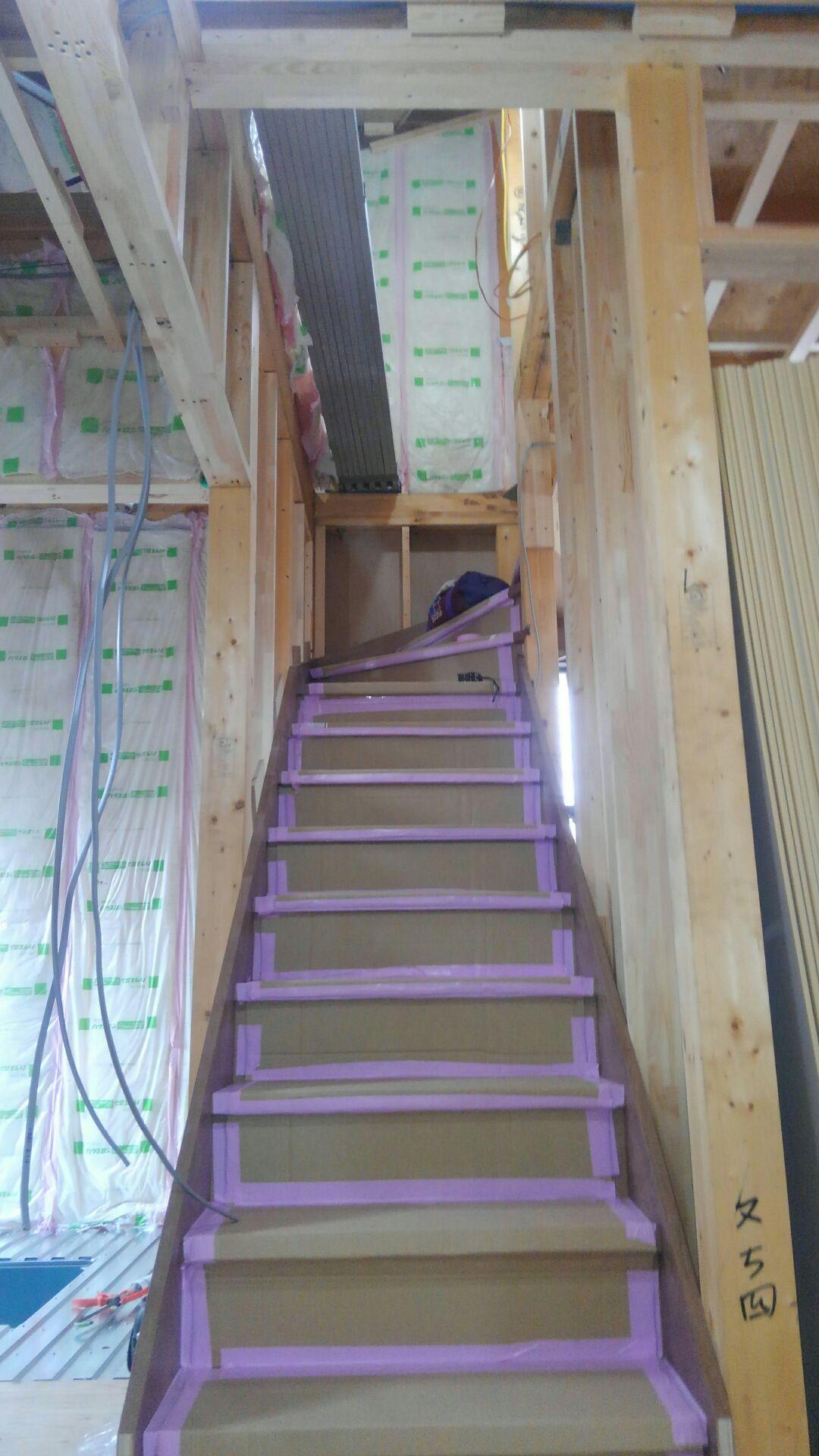 1階から2階へ上がる階段が完成しました。15段で上がり切ります。15段だと蹴げ(階段一段の高さ)が低く、緩やかで2階に上がりやすいですね。
