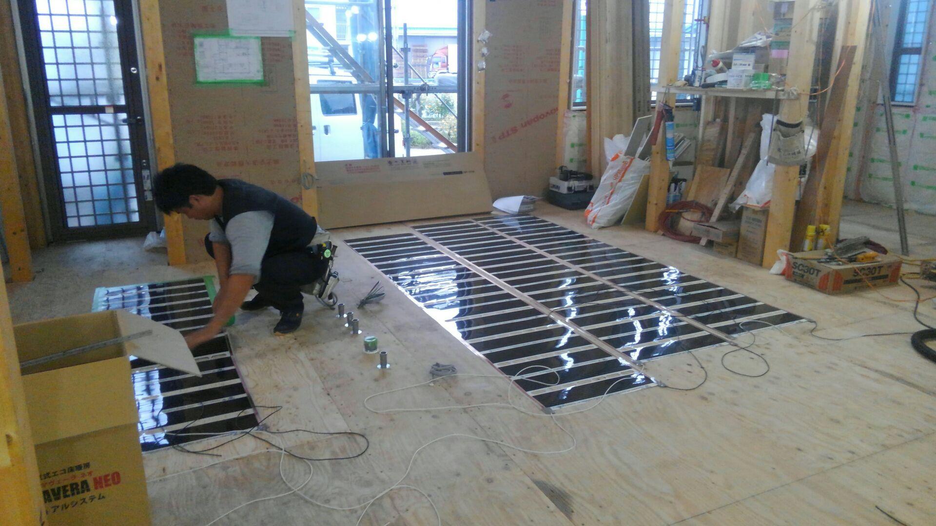 電熱式床暖房の施工です。電熱敷床暖房の場合は、大工さんがフローリングの割り込みを考えながら施工します。