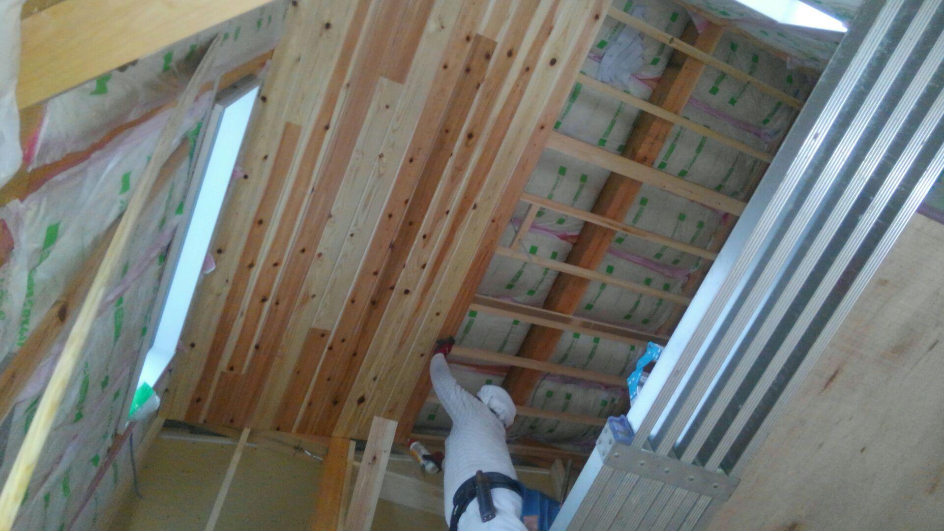大工さんが吹抜け部の天井、板貼りを始めました。柳杉の塗装品。しらた(木材の樹皮に近い周辺部)、あかた(木材の内部の色が濃い部分)が入りまじり、それがまたキレイでステキですね。ちなみにリビングの天井も一部板貼りです♪
