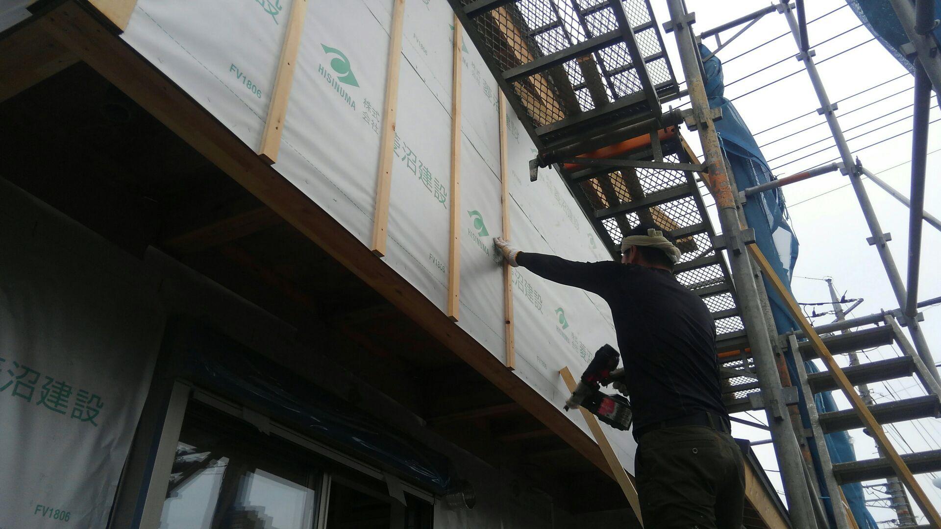 外部ではサイディング屋さんが通気胴縁の施工を始めました。通気胴縁は木裏を表に施工。基本中の基本です。