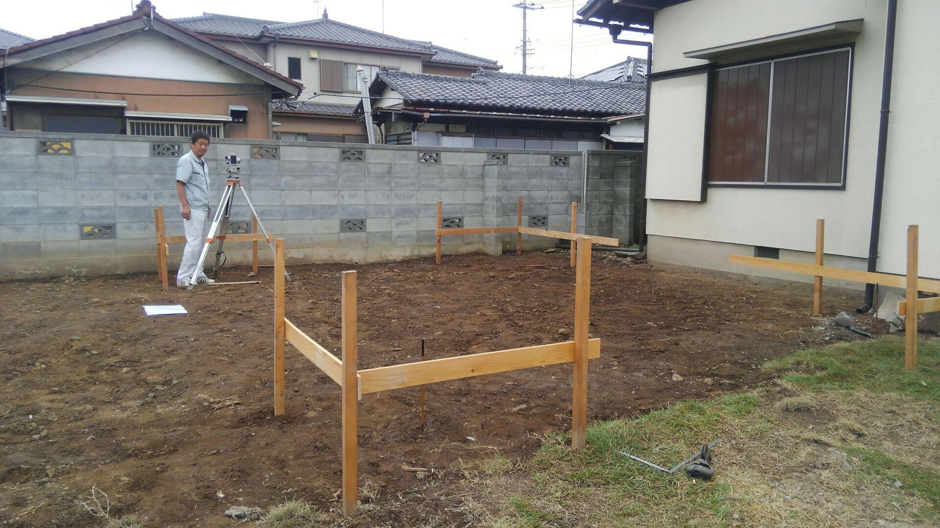 新築住宅の前にまずは物置工事。既存の解体も終わり、丁張(ちょうはり)にきました。