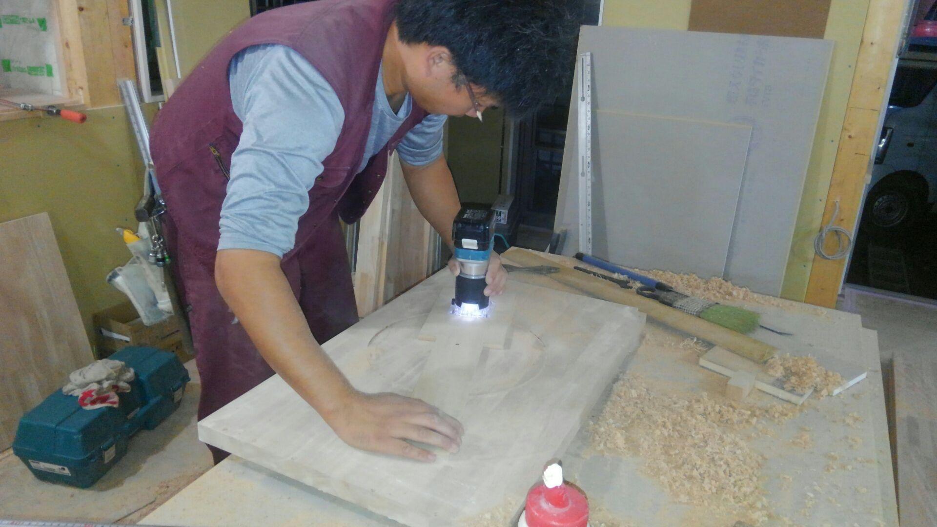 大工さん、トイレの手洗いカウンター作りをしています。