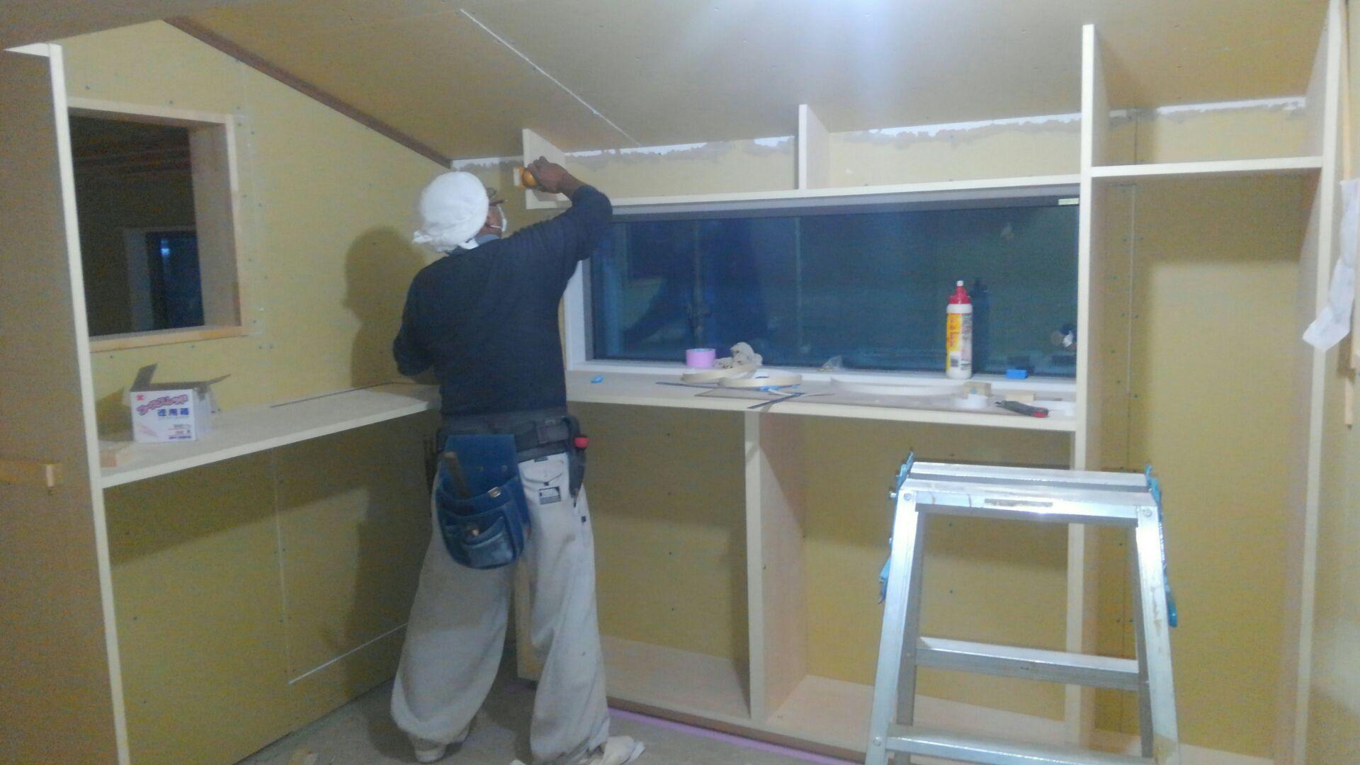 二階では4.5帖もあるW・I・C(ウォークインクローゼット)。棚作りの始まりです。お客様のご希望通りに仕上げます。