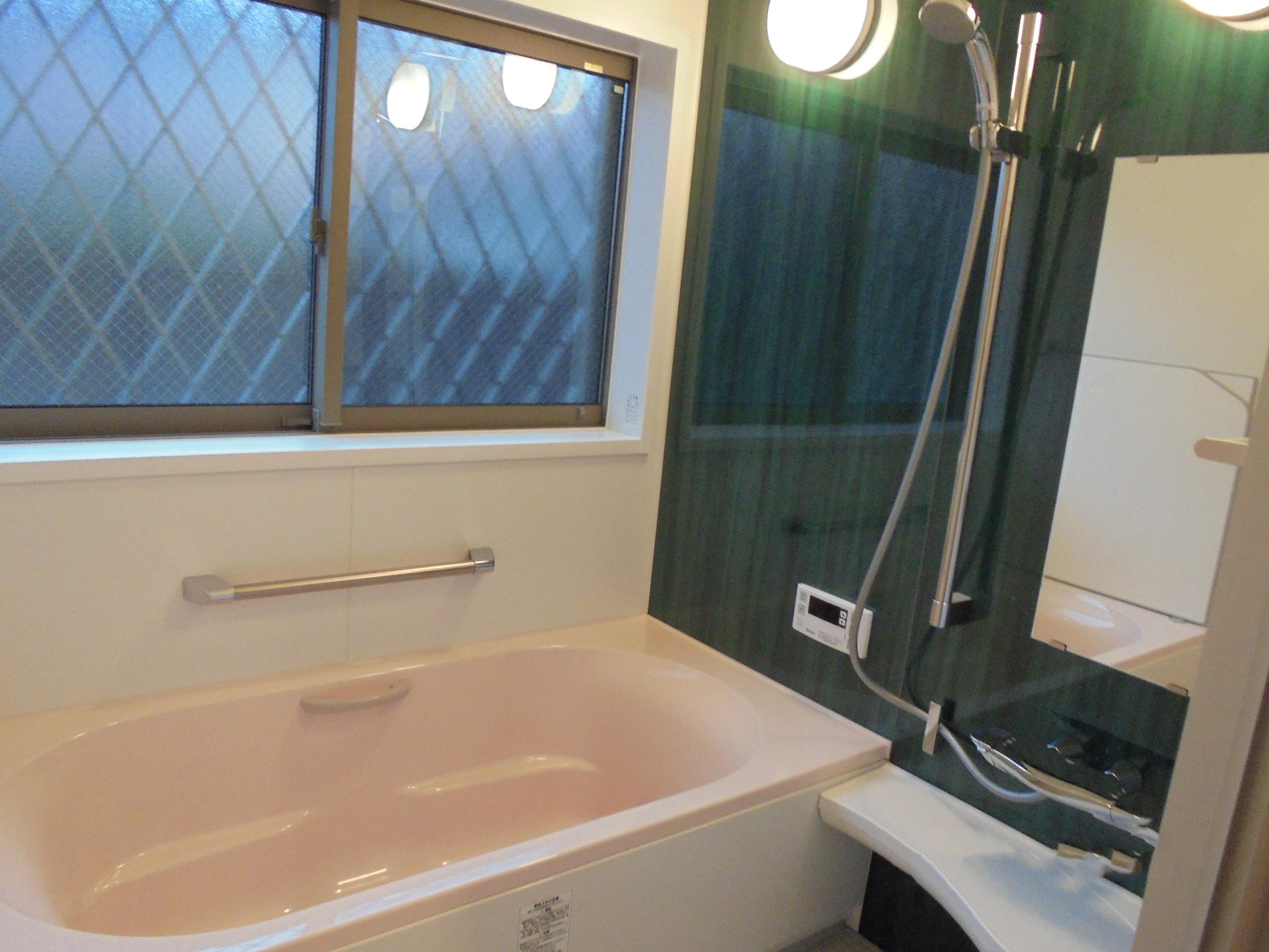 お風呂場にも大きな窓を設置しました。