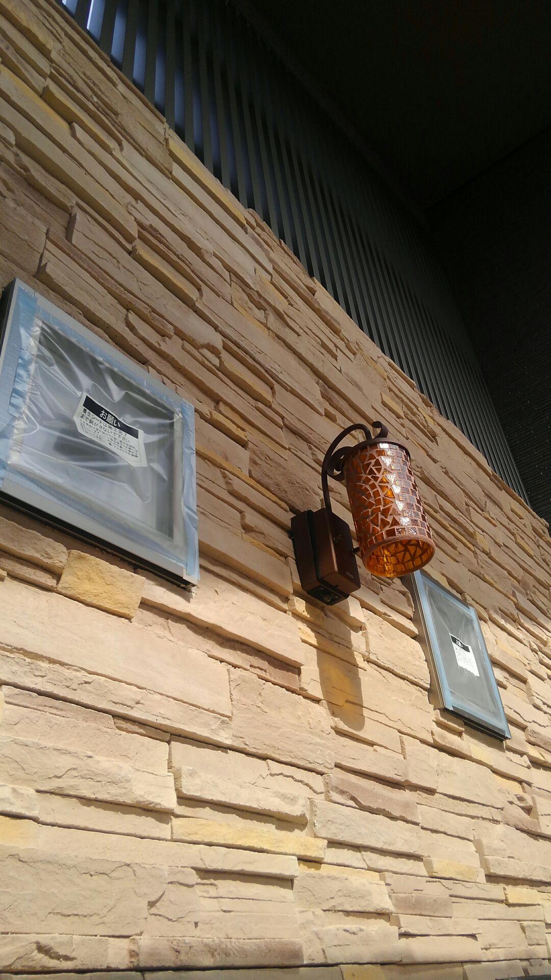 玄関ポーチの照明器具は奥様の見立て。外壁と調和がとれ、とてもカワイイく仕上がりました。