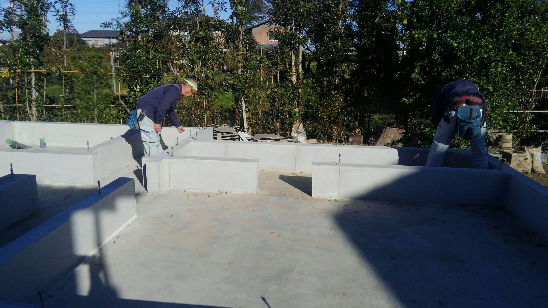 基礎立ち上がりの型枠が外れ、大工さん土台の墨出しにきました。