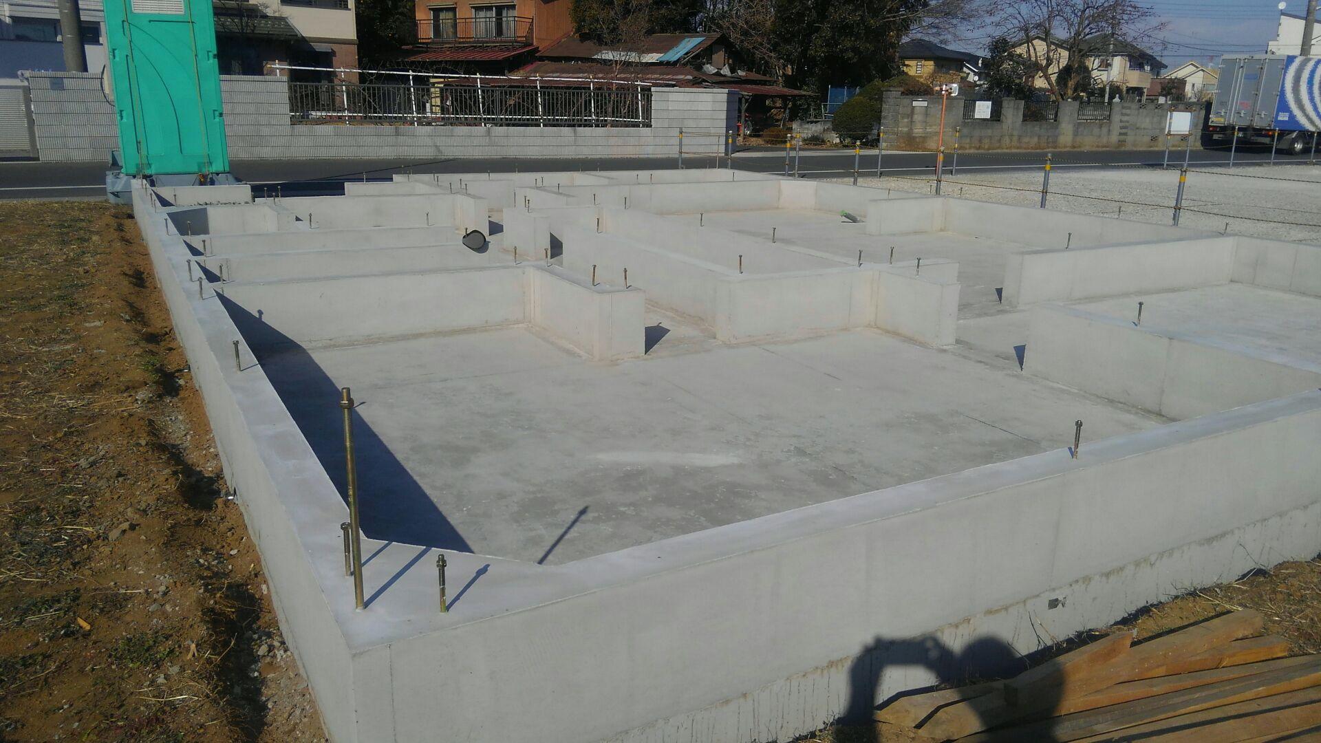 立ち上がりのコンクリート打ち込みも終わり、基礎工事が完了しました。