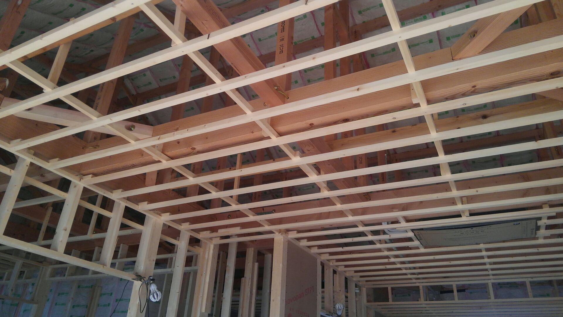 天井下地、野縁(のぶち)組みが終わりました。一尺(303)ピッチ(間隔)に野縁を組みます。野縁とは、天井の仕上げ工事において、仕上材を張り付けるため、下地に使われる棒状の部材のことを言います。