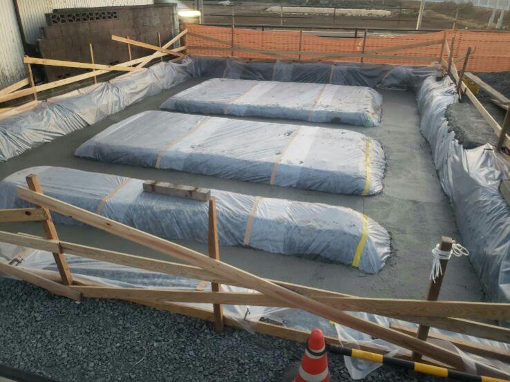 基礎工事の均(なら)しコンクリートが終わりました。シートもキレイに掛けられていますね。