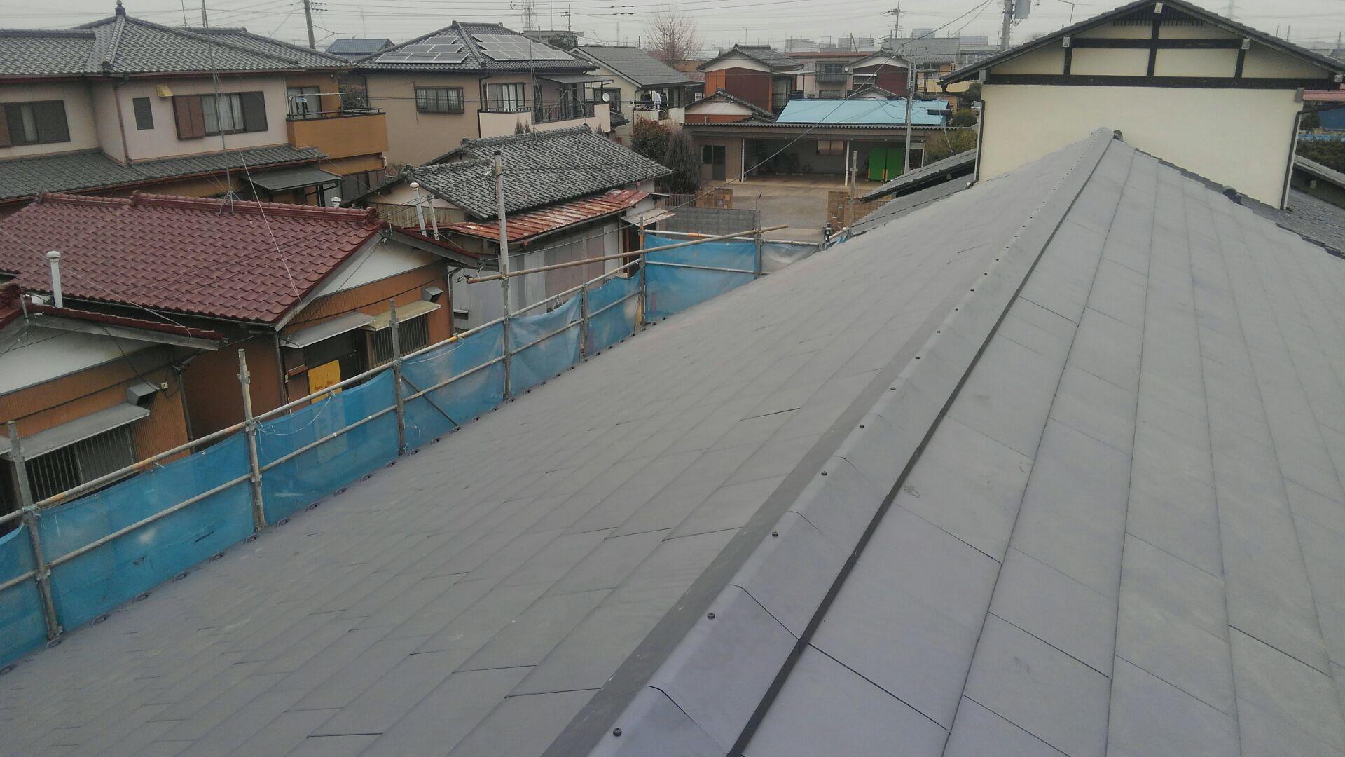 棟とりも終わり、切妻大屋根、瓦ふき完成です。