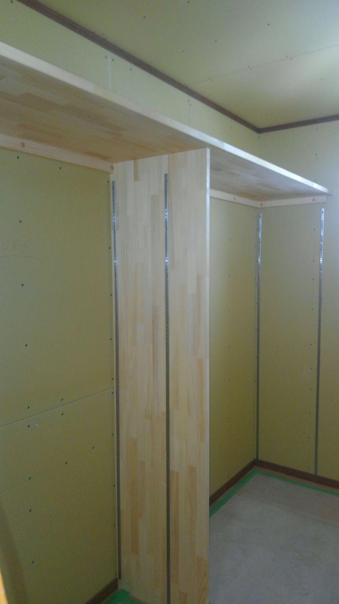主寝室には約3帖の広々ウォークインクローゼット!これだけあれば収納力もバツグンです。棚などの形は全て、お客様と打ち合わせをしながら大工さんが作ります。