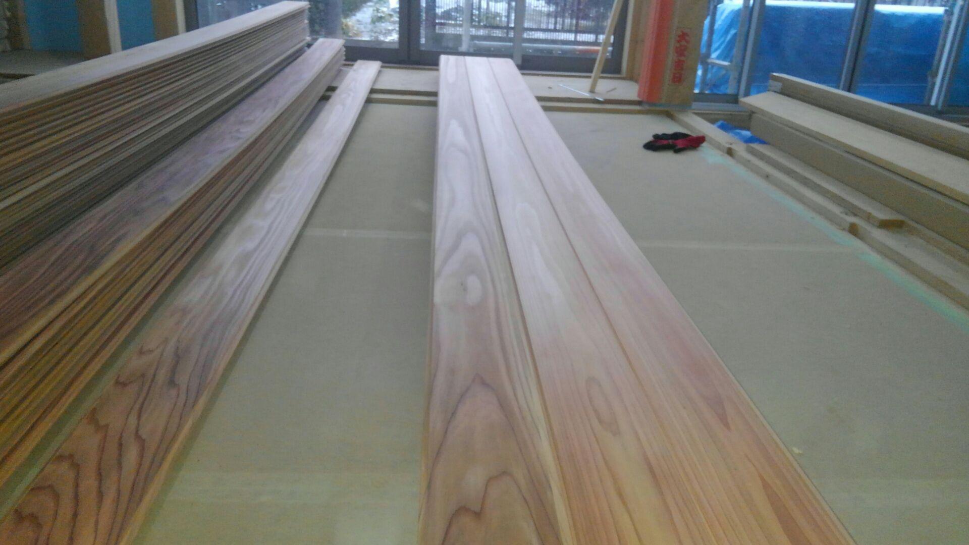 大工さんがLDKの天井、杉の赤無地板貼りを始めました。貼ってるそばからキレイです。
