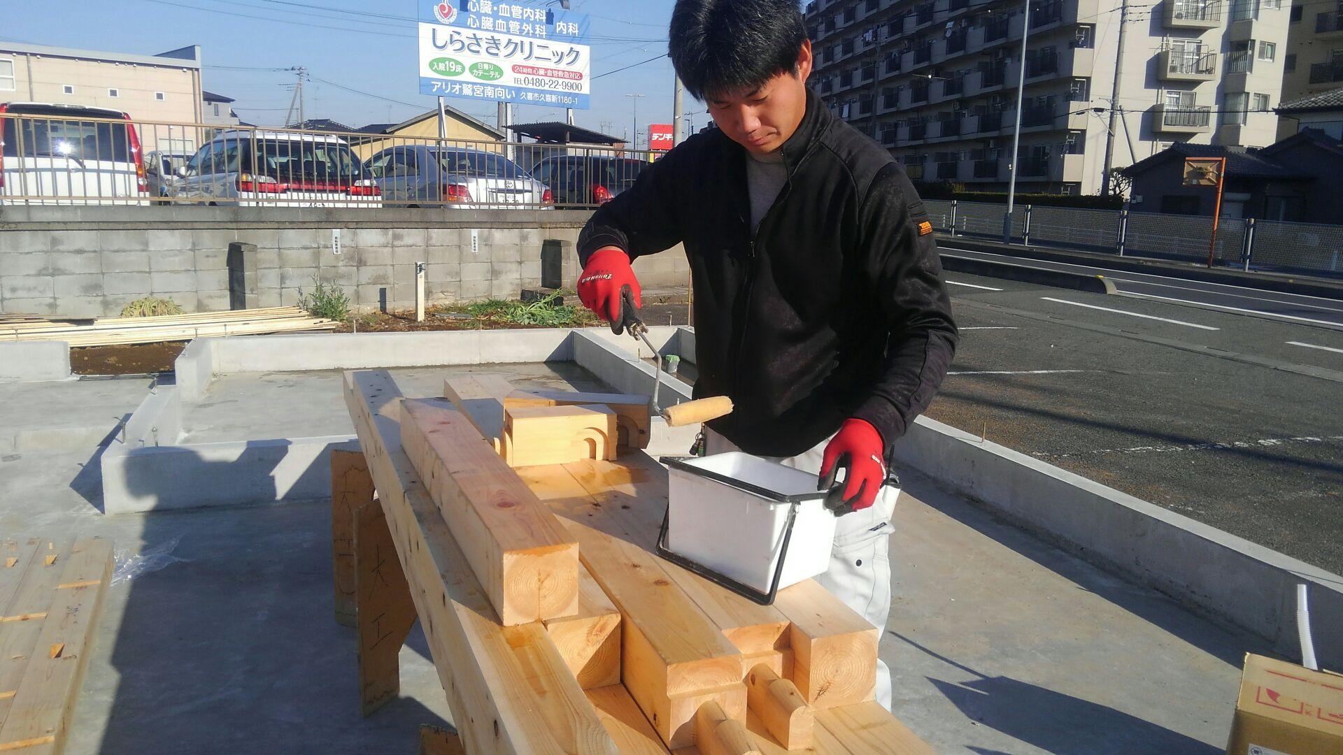 基礎工事が終わり、大工さんが土台敷きにきました。まずはいつも通り防蟻処理剤エコボロンを土台に塗布。刷毛を使って丁寧に。