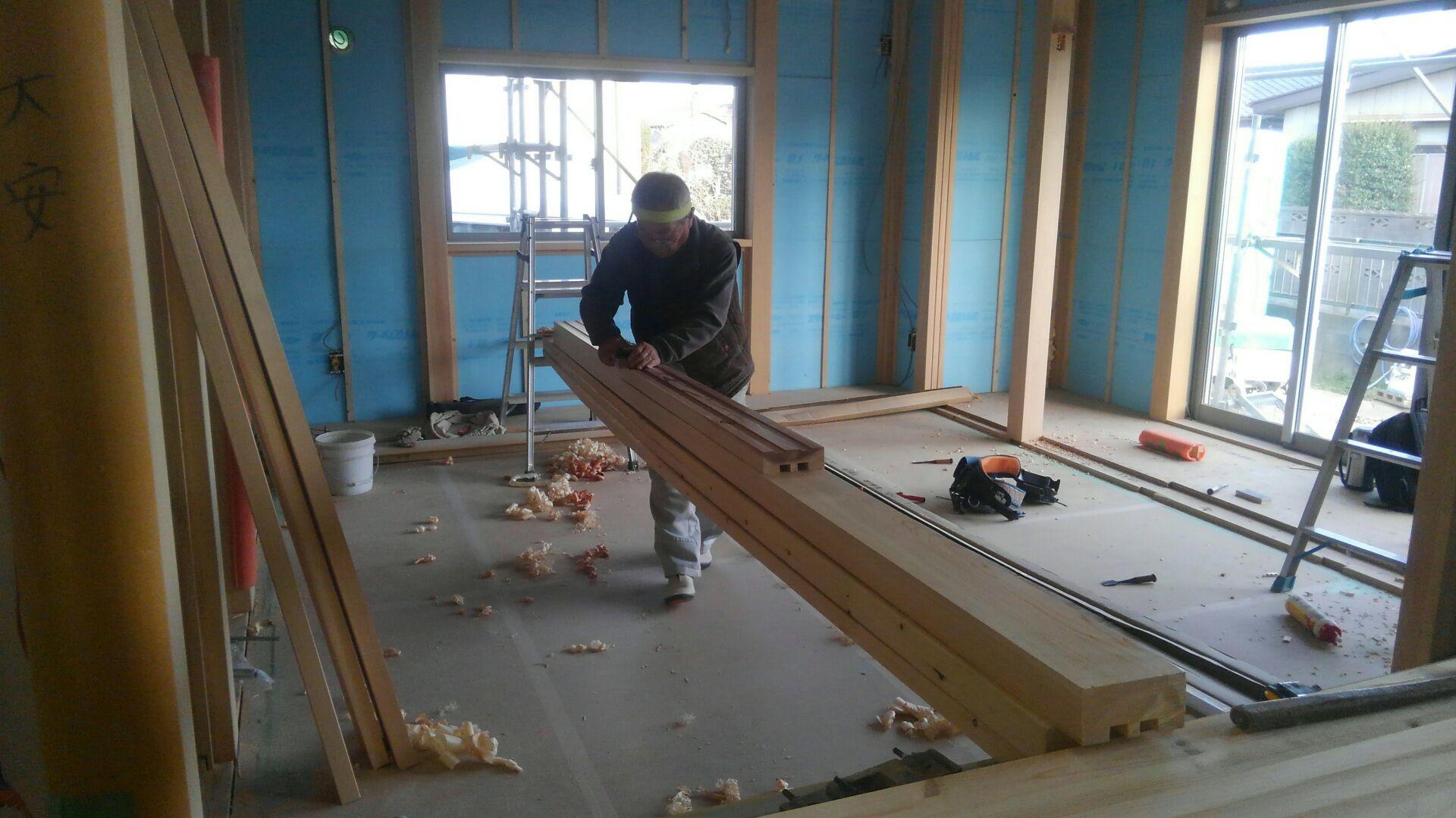 大工さんが新壁和室の造作を始めました。一本一本鉋(かんな)をかけて、内法(敷居・鴨居)を仕上げていきます。