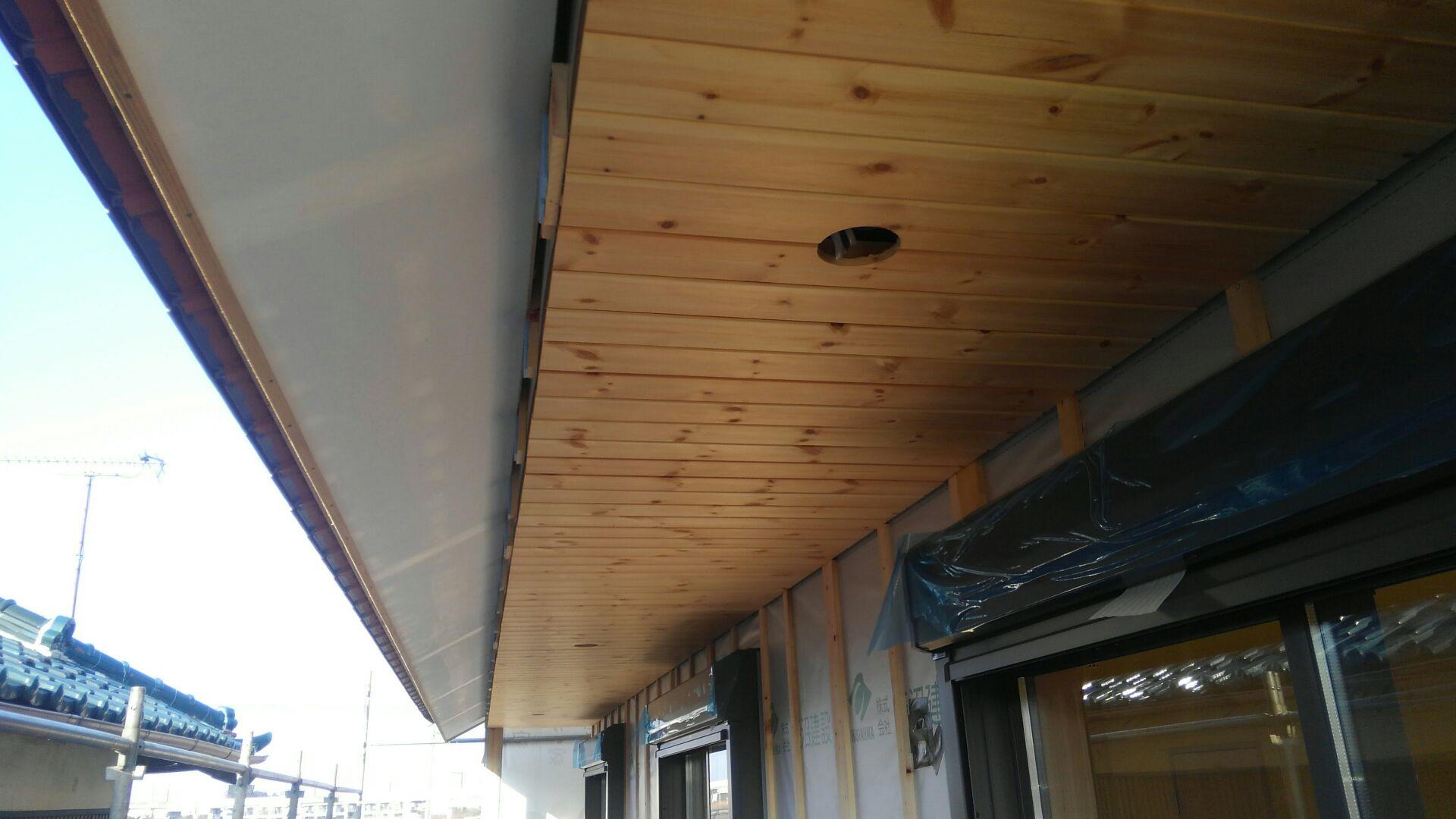 ベランダの打ち上げはお客さまからのご要望で、軒天を無垢の板張りにしました。 塗装をして完成です。 なかなかあじのある仕上がりです!