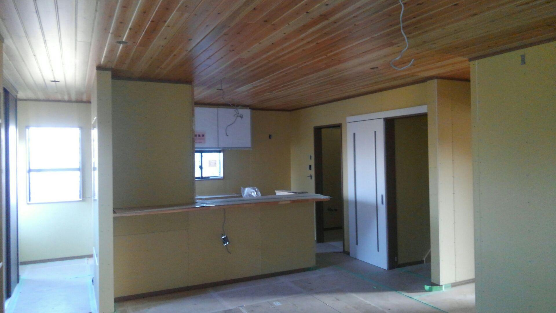 大工さんの木工事が終わりました。 リビングの天井、柳杉キレイですね。