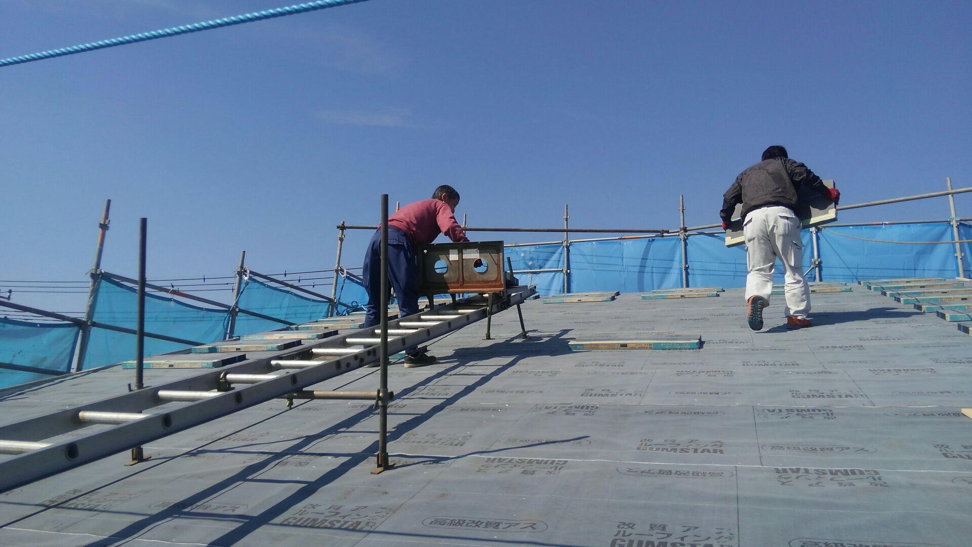 野地工事が終わり、屋根工事がはじまります。瓦屋さん、専用の機械で材料の荷揚げです。